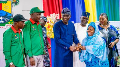 Photo of GOV SANWO-OLU HANDS OVER KEYS TO ALLOTEES OF ALHAJI LATEEF KAYODE JAKANDE GARDENS, IGANDO, AT LAGOS HOUSE, IKEJA ON FRIDAY 31ST JANUARY, 2020.