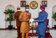 Photo of GOV. SANWO-OLU HANDS OVER N5MILLION CHEQUES TO LASU BEST GRADUATING STUDENTS AT LAGOS HOSUE, MARINA, ON FRIDAY, JANUARY 8, 2021